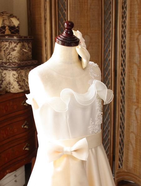 胸元と上半身デザイン。ピアノのコンクール用ドレス。ジュニアサイズドレス
