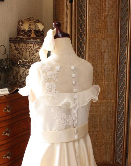 背中のクルミ釦が素敵な子供用ドレス