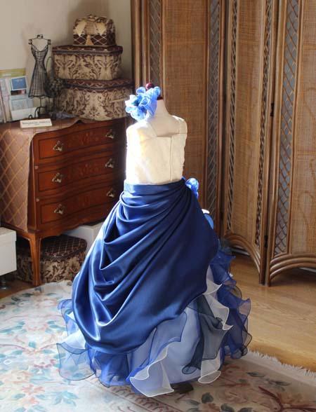 子供用のドレス ネイビーカラーとシャンパンのドレス 後ろ姿