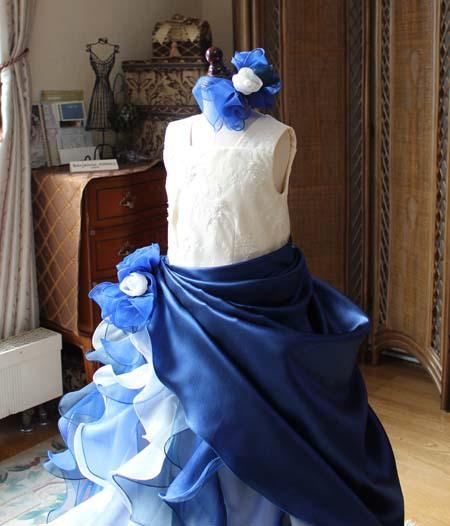 シャンパンとネイビーのロングドレス 配色とデザイン