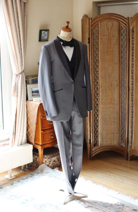 細身のシルエットを採用した花婿衣装