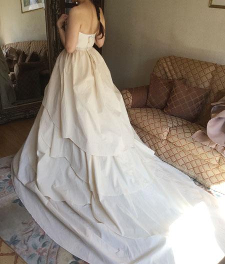 ウェディングドレス選びと相談。花嫁様のウェディングドレス