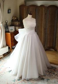 """デザインテーマから提案する""""あなただけの花嫁ウェディングドレス姿""""。2WAYスタイルで2通りの着方を演出。"""