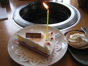 誕生月には10%オフやケーキプレゼントなどのハガキが来ます。我が家では年5枚来ますので最低でも年5回は行きます(笑)。このケーキはもちろん女房のお腹に納まりました!
