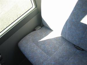 最後尾以外の座席の隙間は意外と大きいので実際にはなかなかここに挟まることはありません。