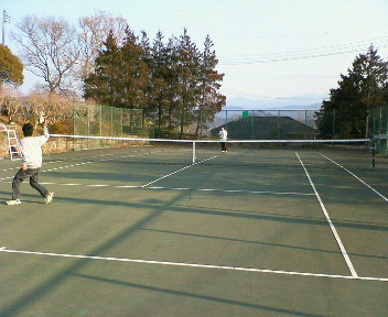 ホテルのテニスコードは無料です。安い!