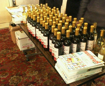 十勝からの参加者からワインとチョコなどの差し入れがあり、会場の後ろに並べられました。 おいしぃ~♪ ういっぷ!