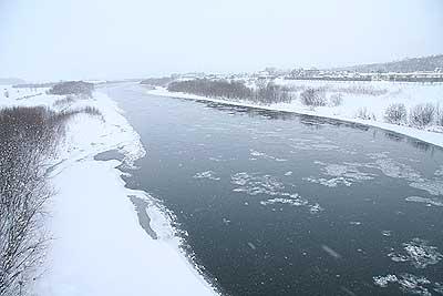 凍りそうな天塩川
