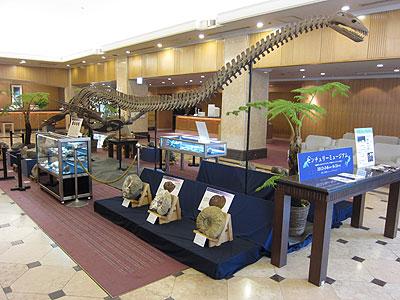 札幌のホテルに首長竜を展示