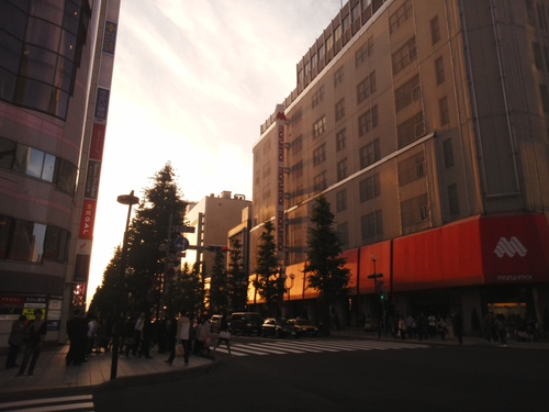 秋の夕暮れ、札幌中心部の写真