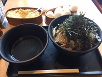 「なぜ蕎麦にラー油を入れるのか。 東新宿店」で肉そば